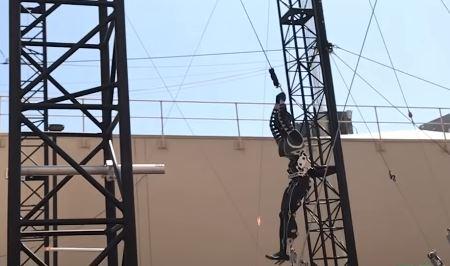 El robot Stuntronic de Disney vuela en el aire