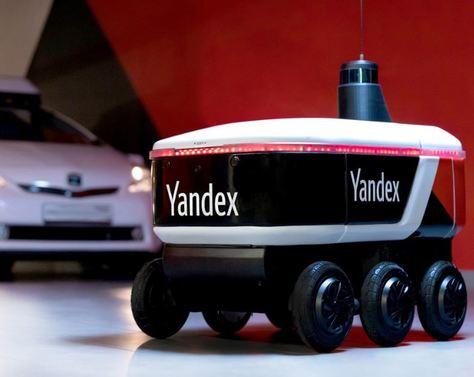 El dispositivo robotizado Yandex rueda por las calles de Moscú